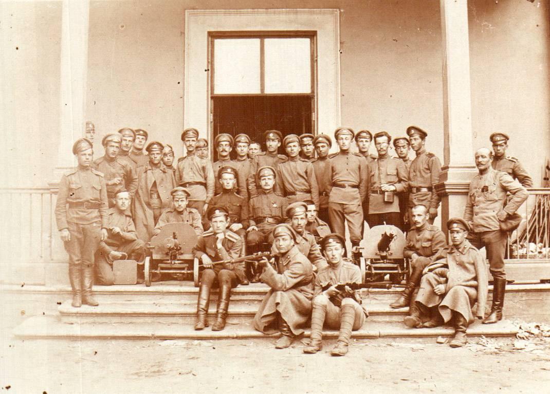 Фотография учащихся 1-й Ораниенбаумской школы прапорщиков на даче Дурново. (ГААОСО. Ф. Р-1. Оп. 2. Д. 47138. Л. 33. Фотография № 3)