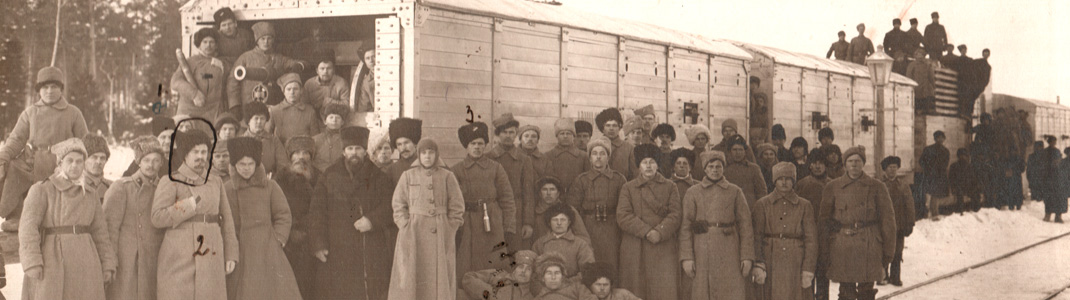 Чины 16-го Ишимского стрелкового полка у бронепоезда «Ишинец». Кушва. 6 декабря 1918 г. (ГААОСО. Ф.Р-1 Оп.2 Д.34840 Л.122)
