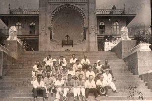 Отдыхающие возле Воронцовского дворца. г. Алупка. 1935 год. (ГААОСО. Ф. Р-1. Оп. 2. Д. 57105. Л. 15)