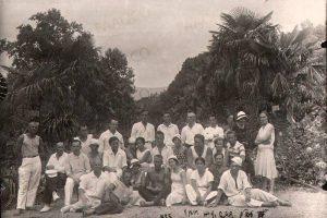 Отдыхающие в Никитском ботаническом саду. г. Ялта. 1935 год. (ГААОСО. Ф. Р-1. Оп. 2. Д. 57105. Л. 15)