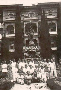 Отдыхающие в Парке Губонинского курорта возле фонтана «Ночь». Поселок городского типа Гурзуф. 1935 год. (ГААОСО. Ф. Р-1. Оп. 2. Д. 57105. Л. 15)