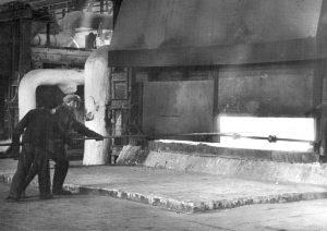 Плавильщики цеха № 1 завода № 268, г. Каменск-Уральский. 1942 год
