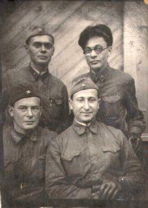 Фогельфангер И.М. с сослуживцами в годы Великой Отечественной войны. (ГААОСО. Ф. Р-1. Оп.2. Д.57829. Л.69)