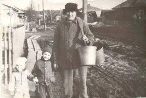 Козлов Михаил Яковлевич с правнуками - Ахметдиновыми Романом и Анной. Июнь, 1989 год