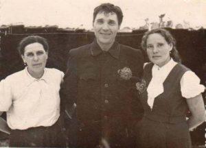 Слева направо: Козлова Анна Яковлевна (жена) , Козлов Михаил Яковлевич, Козлова Светлана Ивановна ( родная племянница)