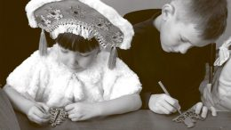 Участие детей, сотрудников архивной службы Свердловской области, в выставке детских рисунков и поделок «Новогодние фантазии». 2018 г.