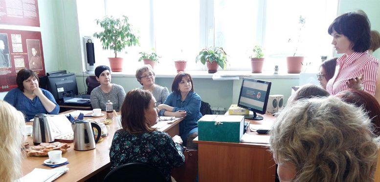 Директор архива О.В. Селезнева (стоит справа) с приветственным словом к участникам семинара. 22.03.2019