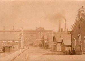 Фотография здания Верхнетуринского завода. Не позднее 1917 года. (ГААОСО. Ф. Р-1. Оп. 2. Д. 52544. Л. 37)