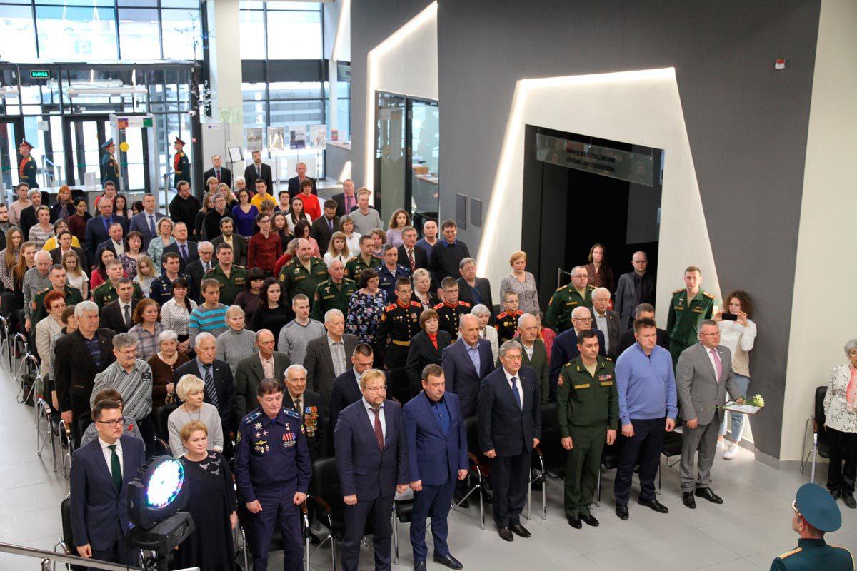 Участники церемонии открытия выставки почтили память погибших в Великую Отечественную войну минутой молчания. 25.04.2019