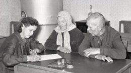 Прием посетителей в бюро справок Свердловского облгосархива. 1958 г. (ГАСО. Ф-1. Оп. 6. Д. 6352. Л. 1)