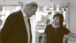 Владислав Третьяк знакомится с экспозицией выставки «Хранители памяти»