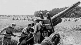 Советская артиллерия. 152-мм гаубица-пушка на огневой позиции