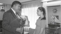 Глава администрации города Зверево Михаил Солоницин награждает Ксению Беляевскую, участницу конкурса от города Зверево