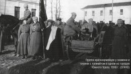 Группа красноармейцев у знамени и тачанки с пулеметом в одном из городов Южного Урала