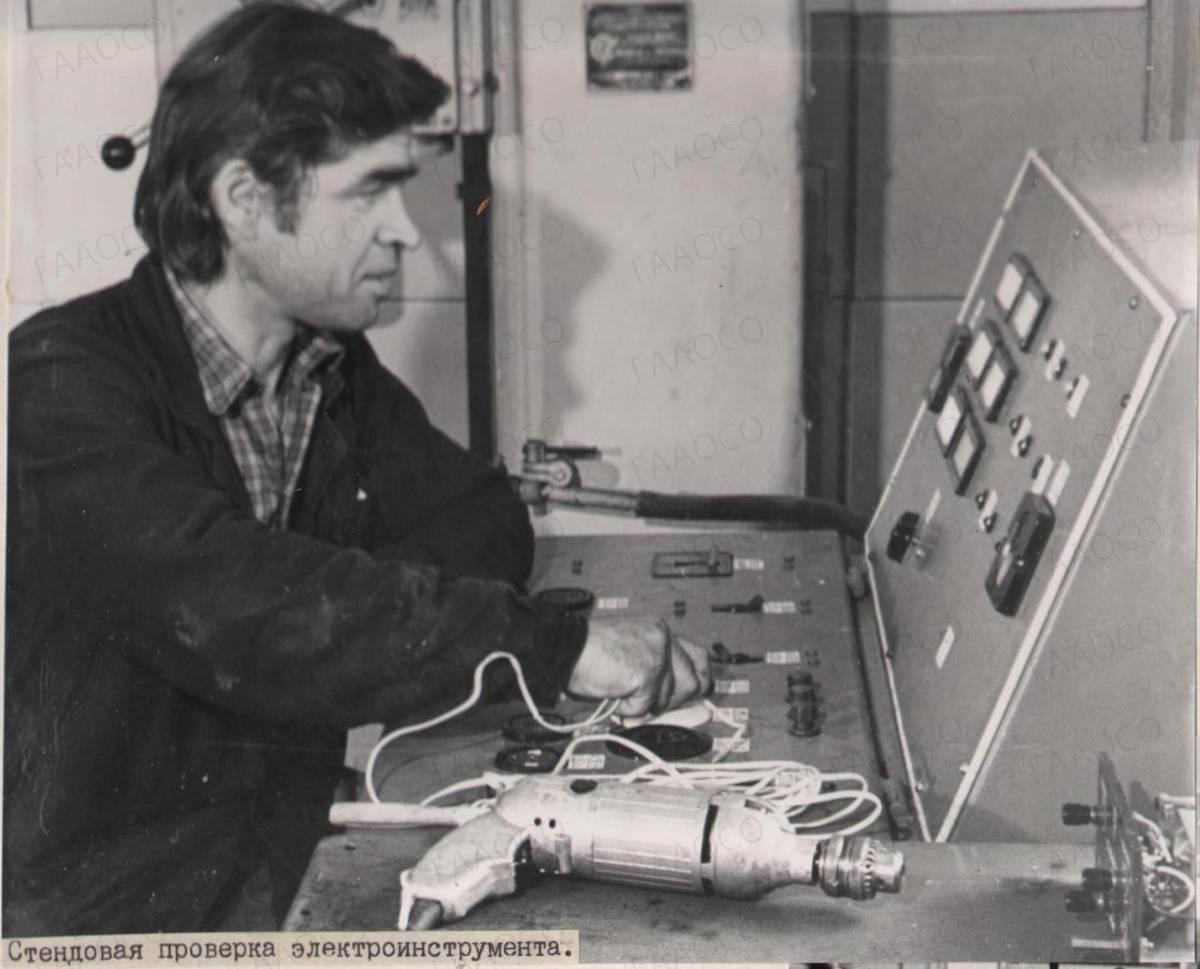 Мастер производит стендовую проверку электроинструмента