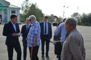 Губернатор Свердловской области Е.В. Куйвашев (слева) беседует с краеведом Ф.Я. Соломоновичем (справа)