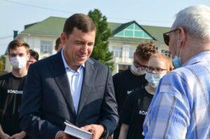Почетный гражданин, краевед Ф.Я. Соломонович (справа) дарит Губернатору Свердловской области Е.В. Куйвашеву (слева) свою авторскую книгу