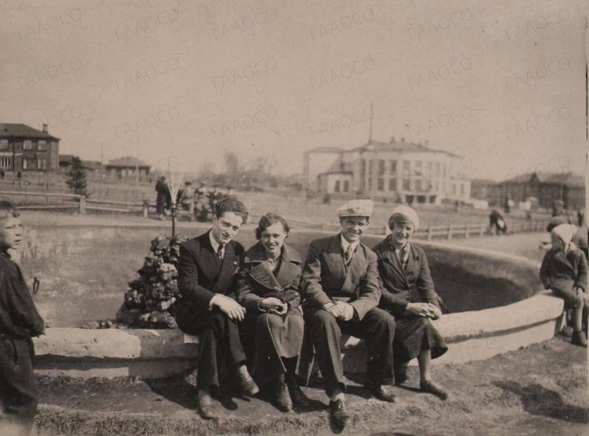 Фотография у фонтана из дела Оскара Мейлаховича Вакшаля
