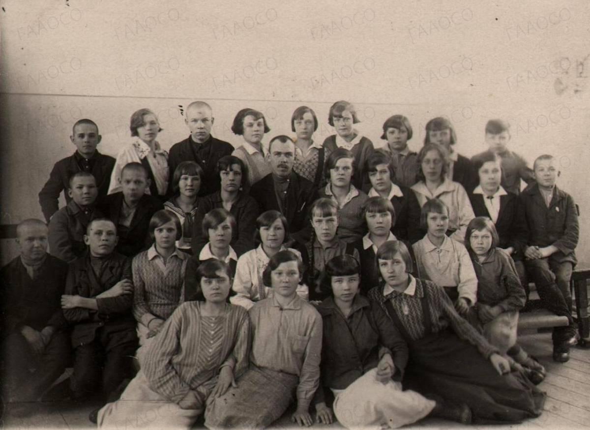 Фотография учащихся 7 «б» класса школы (номер неизвестен)