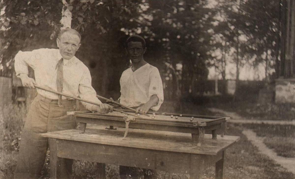 Л.Ш. Вигодский (слева) за игрой в бильярд