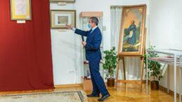 И.Н. Демаков проводит экскурсию по выставке