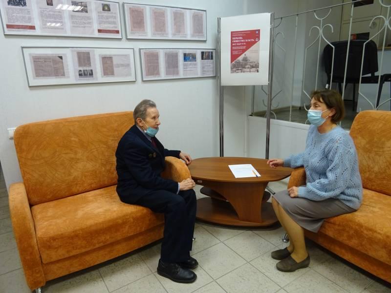 В.А. Наумов, фондообразователь ГААОСО беседует с О.А. Гришиной